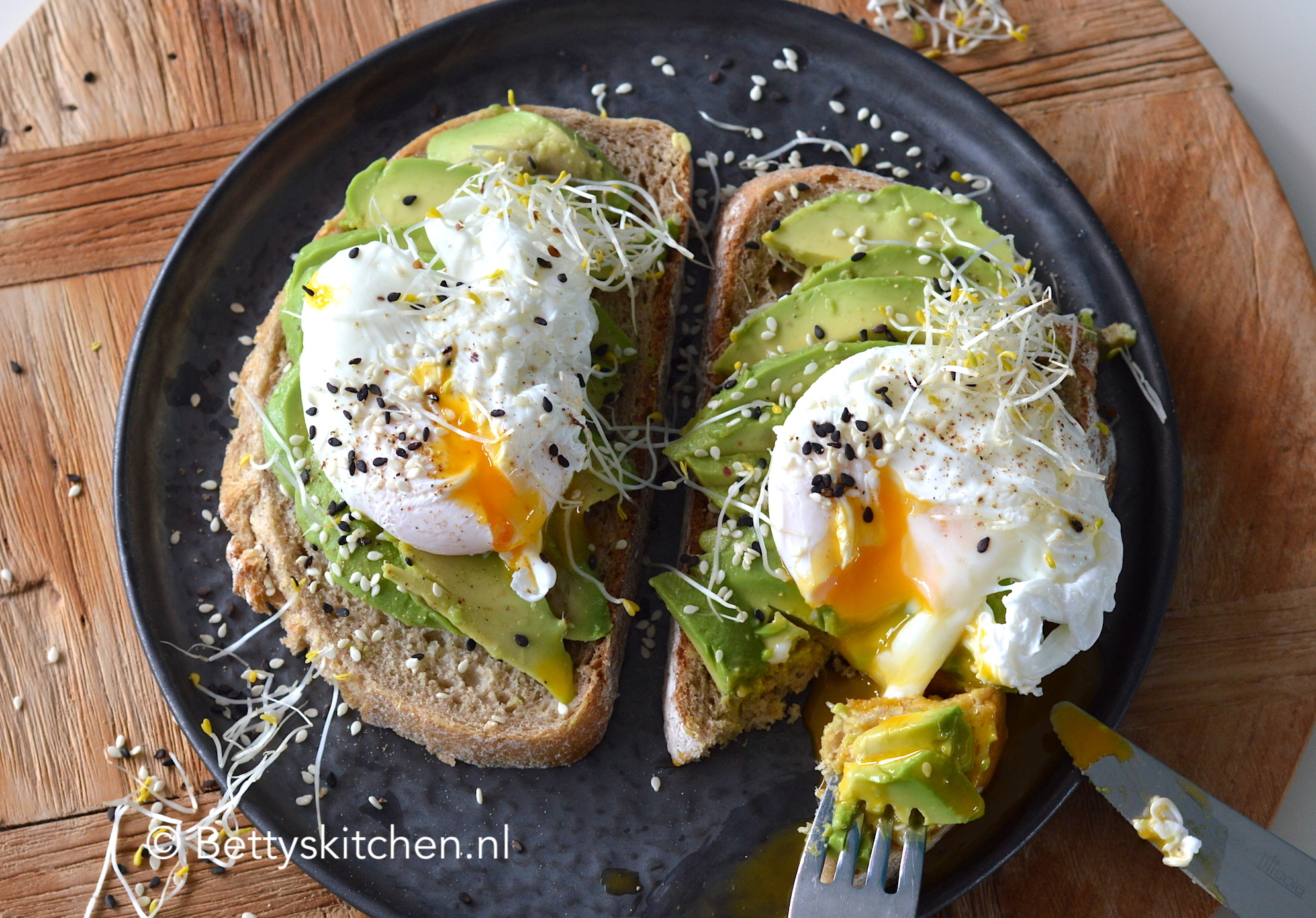 Avocado op brood met ei