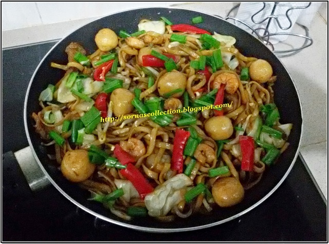 STIR-FRIED CHINESE STYLE SEAFOOD NOODLES + SPICY SAUCE DIPPING