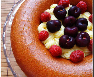 Savarin con crema, frambuesas y cerezas - Whole Kitchen (junio)