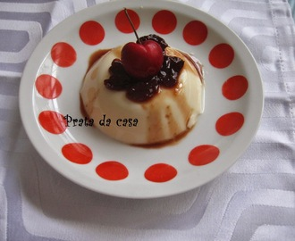 Panna cotta com coulis de cereja