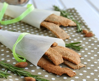 Crakers de trigo sarraceno e alecrim (vegan, sem glúten). Buckwheat and rosemary crackers (vegan, GF)