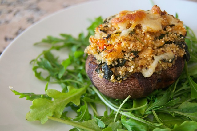 Cogumelos Portobello recheados com quinoa e espinafres [Portobello mushrooms stuffed with quinoa and spinach]