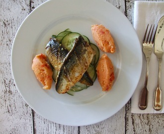 Filetes de cavala com esmagada de batata e tomate e salada de pepino / Mackerel fillets with potato and tomato mash and cucumber salad
