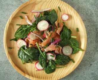 Salada de salmão fumado e espinafres com molho de gengibre e lima / Smoked salmon and spinach salad with ginger and lime dressing