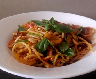 Tomato flavoured whole wheat spaghetti loaded with julienned veggies