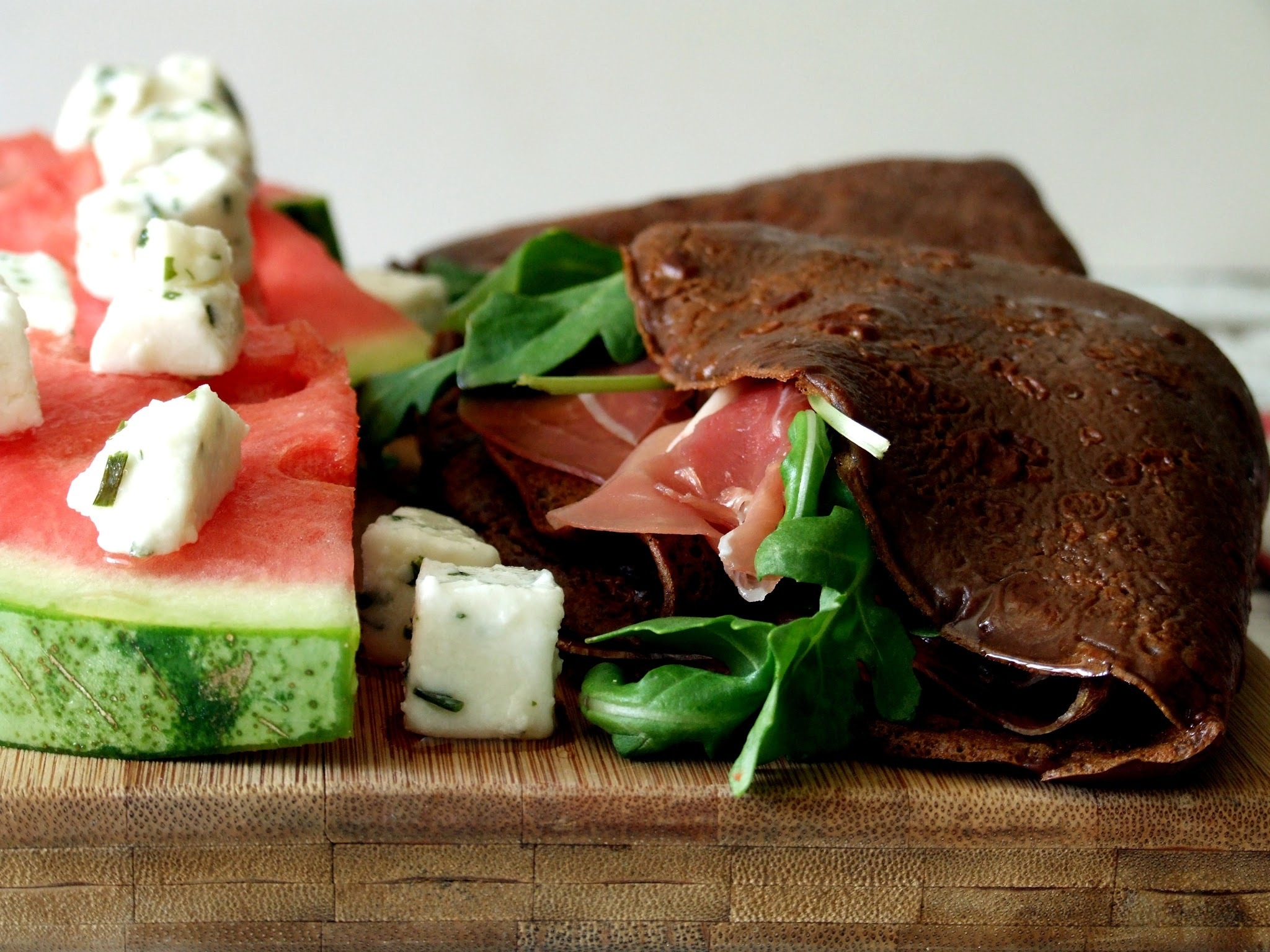 Crepes de alfarroba, presunto e rúcula com salada de melancia e queijo de cabra / Carob, ham and rocket crepes with watermelon and goat cheese salad