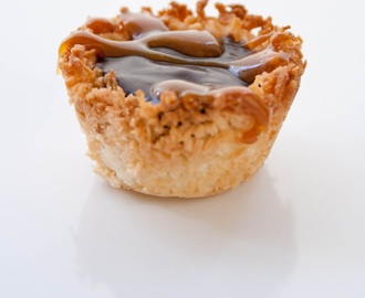 Coconut chocolate tarts with caramel (recipe).