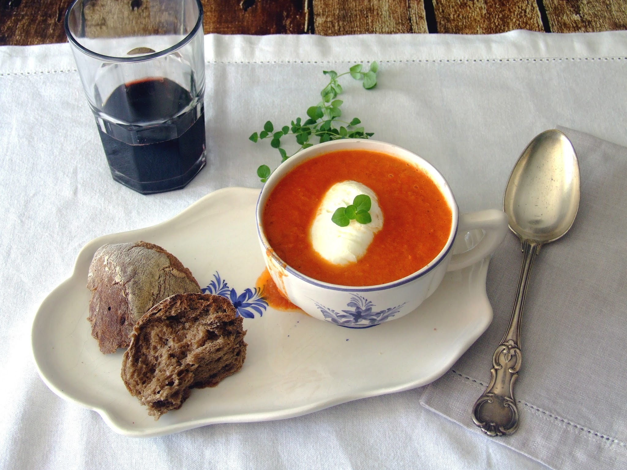 Sopa de tomate assado . Roasted tomato soup