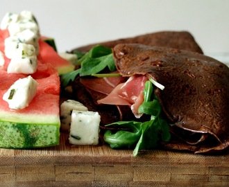 Crepes de alfarroba, presunto e rúcula com salada de melancia e queijo de cabra . Carob, ham and rocket crepes with watermelon and goat cheese salad