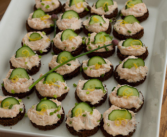 Crispy rye bread canapés with cream cheese and smoked salmon