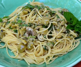 Spaghetti with green olives, garlic and fresh mint