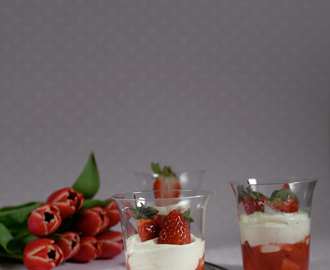 Ricotta cream with strawberries and lemon / Creme de ricotta, com morangos e limão.