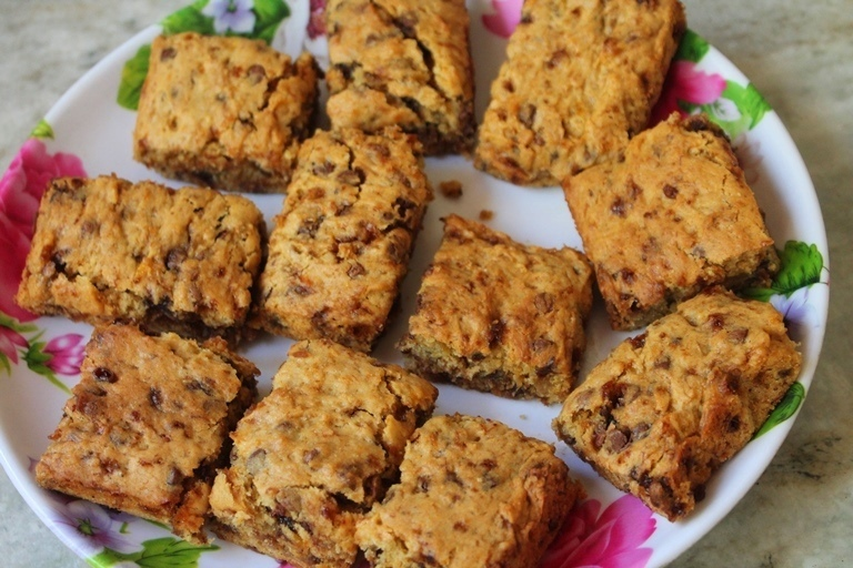 Banana Mini Morsel Bars Recipe - Eggless Banana Chocolate Chip Squares Recipe