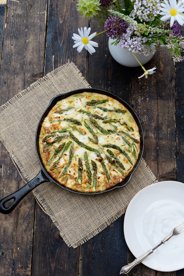 Asparagus and goat cheese frittata with a crispy rice crust / Frittata de espargos e queijo de cabra, com crosta crocante de arroz.