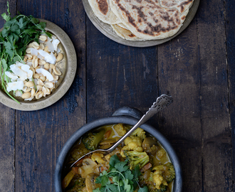 Vegetable curry and naan bread / Caril de legumes e pão naan.