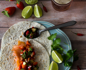Tacos de salmão fumado com salsa de morango e abacate . Smoked salmon tacos with strawberry and avocado salsa