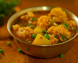 Cauliflower, peas, and potatoes in a thin gravy – Aloo Gobhi Jhol
