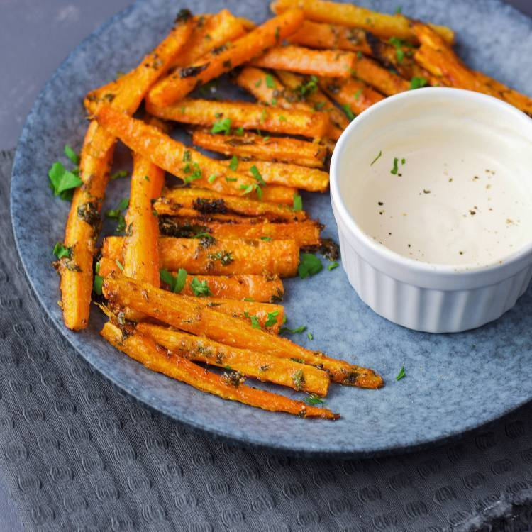 Carrot fries with garlic and VeGaN parmesan (VeGaN)