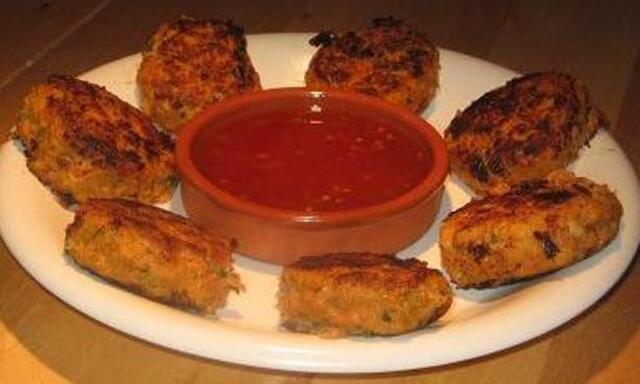 Thai Red Curry Crab Cakes With a Chili Dipping Sauce