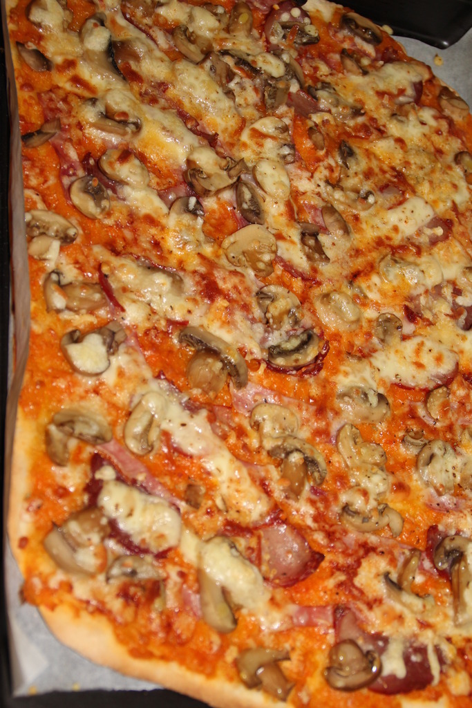 Pizza de massa fina e estaladiça