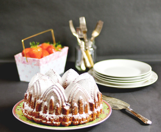 Peanut butter and strawberry bundt cake / Bundt cake de manteiga de amendoim e morangos.
