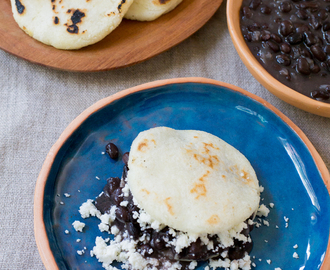 Arepa Dominó de porotos negros y queso fresco