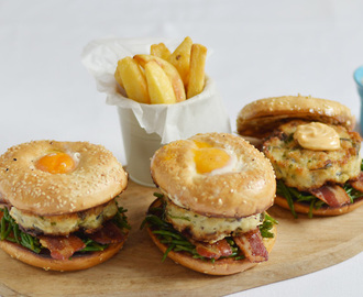 Cod burgers served on a bagel, with bacon, samphire and fried egg / Hamburgueres de bacalhau servidos em bagel, com ovo a cavalo, bacon e salicornia.