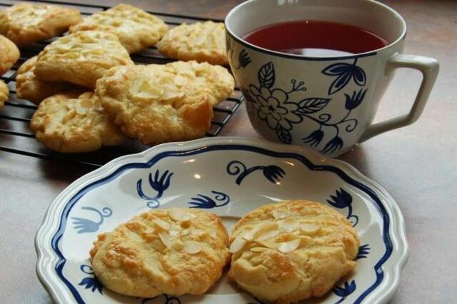 Simple Chinese Almond Cookies