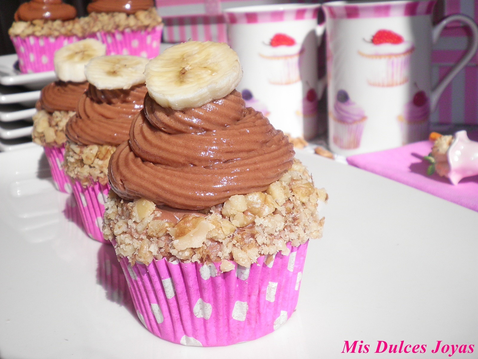 CUPCAKES DE BANANA Y NUECES con GLASEADO DE CHOCOLATE con leche (milk chocolate mousse frosting)
