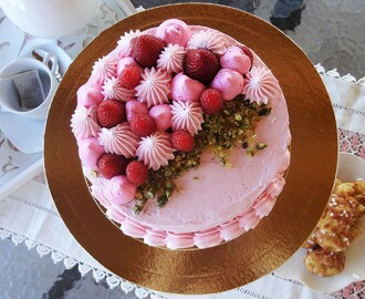 Bolo de Morango e Pistácio Crocante - Strawberry and Crunchy Pistachio Cake