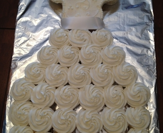 Bild: A Wedding Dress Cupcake Cake - La Hoot Bakery