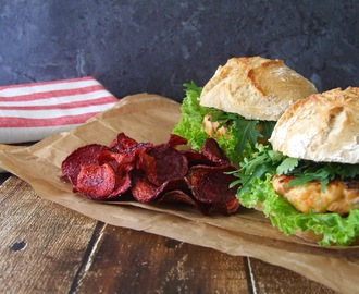 Hambúrguer de salmão com salada de mizuna e coentros e chips de beterraba . Salmon burguer with mizuna and coriander salad and beetroot chips