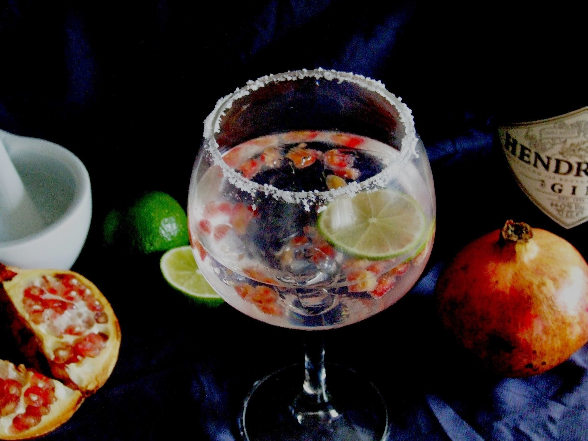 Gin tónico com romã e lima para brindar a 2015 . Gin and tonic with pomegranate and lime to toast to 2015