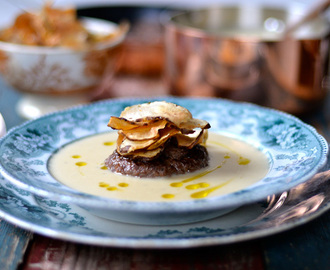 Jerusalem artichoke soup served with a game burger and Jerusalem crisps / Sopa de girassol batateiro, servida com hamburguer de caça e crisps de girassol batateiro.