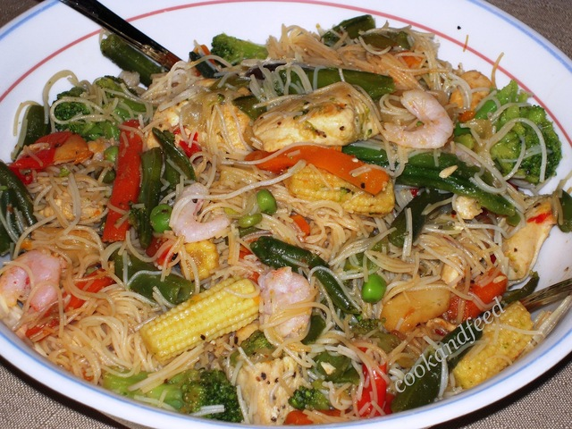 Stir Fried Chicken and Vegetables with Rice Vermicelli/Ρυζομακάρονα με λαχανικά, κοτόπουλο και γαρίδες