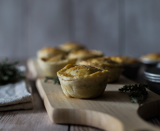 Empadas de frango e cogumelos . Chicken and mushroom pies