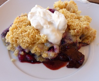 Crumble de frutos silvestres e chocolate