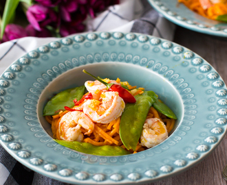 Noodles de batata-doce com camarão e ervilhas tortas . Sweet potato noodles with prawns and snow peas