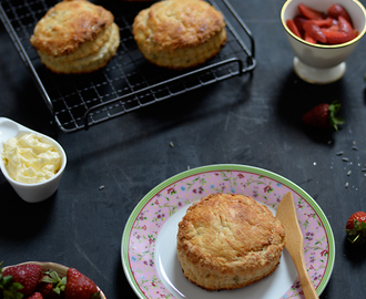 Buttermilk and honey scones with lavender sugar macerated strawberries / Scones de buttermilk e mel, com morangos macerados em açúcar de alfazema.