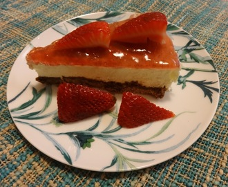 Cheesecake de morango com base de bolacha e chocolate