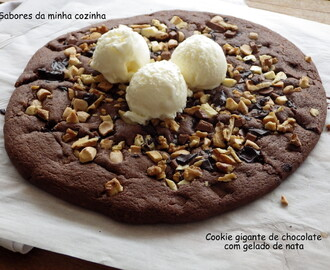 Cookie gigante de chocolate com gelado de nata