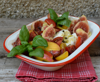 Fig, nectarine, mozzarella and prosciutto salad with honey dressing / Salada de figos, nectarinas, mozzarella e presunto, com molho de mel.