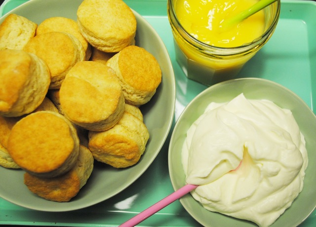 Scones met lemoncurd en room