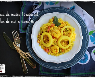 Salada de massa (couscous), argolas do mar e camarão