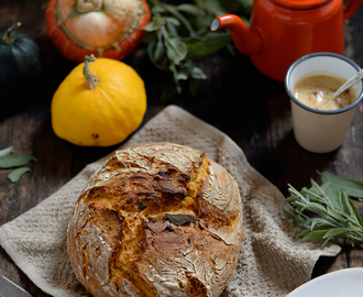 "Pumpkin ""no knead"" bread with crispy Bacon and Sage leaves for the World Bread Day / Pão sem amassar de Abóbora, com Bacon e Salva crocantes, para o Dia Mundial do Pão."