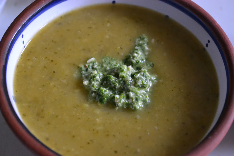 Zucchini sweet potato soup with a rucola pesto – Courgette zoete aardappel soep met rucola pesto(GF-SF-DF-V)