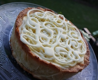 Crostata alla  mousse di ricotta e glassa al cioccolato bianco. Tart ricotta mousse and white chocolate icing.