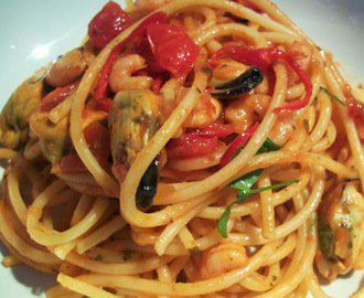 Linguine With Prawns, Mussels, Tomatoes And Chilli