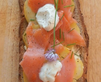 Bruschetta nordique pommes de terre, saumon fumé, fromage frais et ciboulette (Nordic Bruschetta potatoes, smoked salmon, cream cheese and chives)