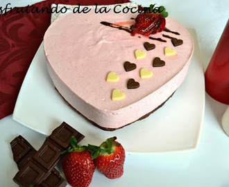 MOUSE DE FRESA CON BASE DE BROWNIE DE CHOCOLATE NEGRO